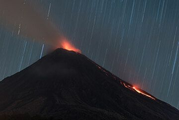 Rising stars at night of 20 Nov; the lava flow has advanced a bit compared to two days ago. (Photo: Tom Pfeiffer)
