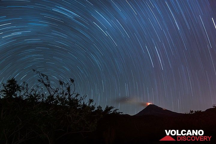 Wide angle long exposure with Polaris rotation center in the left and Colima with the glowing dome to the right. (Photo: Tom Pfeiffer)