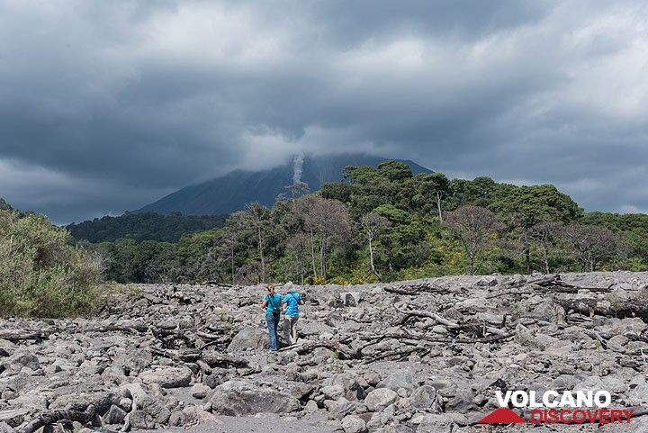As we visit the deposit, smaller rockfalls occur on the active lava flow from the volcano behind; their trajectory would be the same as past year, but fortunately, the volume and extrusion rate during Nov 2016 are much smaller and it seems unlikely (but not impossible) that a similar event occurs while we visit the area. Still, we're a little bit concerned. (Photo: Tom Pfeiffer)