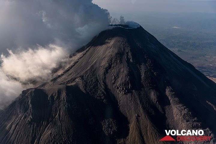 View onto Colima from the east side; the side vent Vulcancito in the lower left. (Photo: Ingrid Smet)