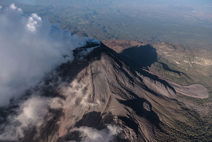 Wide-angle view from NE onto Colima, showing the various thick lava lobes which constitute most of the very young (and actively growing) stratocone. (Photo: Ingrid Smet)
