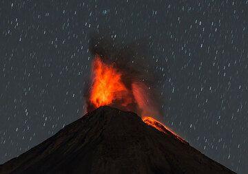 Strombolian-type eruption on 3 Jan 2016. (Photo: Tom Pfeiffer)