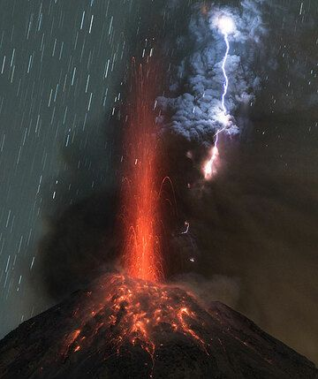 Strong vulcanian eruption at Colima volcano with volcanic lightning (Photo: Tom Pfeiffer)