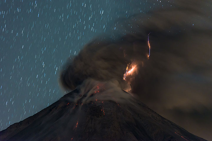 Lightning developing in the ash plume drifting away from the crater. (Photo: Tom Pfeiffer)