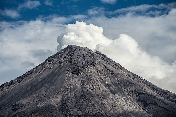 Steaming from Colima's crater in the afternoon. (Photo: Tom Pfeiffer)