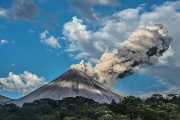 An ash plume drifts SE from the volcano. (Photo: Tom Pfeiffer)