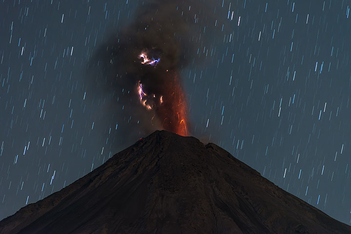 Small lightnings in an eruption early on 6 January. (Photo: Tom Pfeiffer)