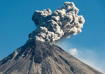 Powerful explosion during 7 Jan morning. (Photo: Tom Pfeiffer)