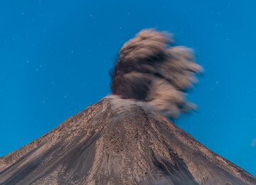 Eruption in the evening twilight; the lava becomes barely visible. (Photo: Tom Pfeiffer)