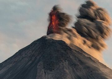 Second pulse of an eruption in the morning twilight. (Photo: Tom Pfeiffer)