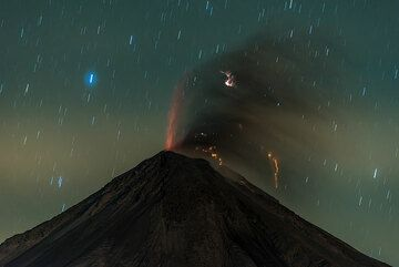 Weak eruption in the early hours of 9 January; light fog forms a brighter layer in the atmosphere. (Photo: Tom Pfeiffer)