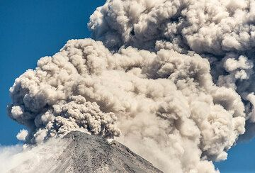 Billowing ash plumes rising from the crater. (Photo: Tom Pfeiffer)