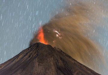 Ash-rich eruption with lightning. (Photo: Tom Pfeiffer)