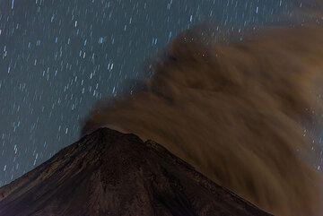 Ash plume drifting away at night. (Photo: Tom Pfeiffer)