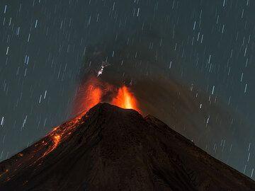 Lava-rich eruption sending many incandescent bombs onto the northwestern flank. (Photo: Tom Pfeiffer)