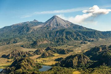 Hummocky landscape at the southern feet of Colima, deposits of the youngest debris avalanche affecting the southern sector, probably about 4300 years ago. Hummocks are irregular, very large (tens of meters in size), still coherent pieces from the collapsed part of the volcano deposited during the landslide. (Photo: Tom Pfeiffer)