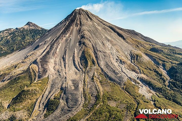 Colima's southwestern slope with numerous andesite lava flows snaking down. Nevado de Colima peak in the left background. (Photo: Tom Pfeiffer)