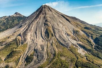 Aerial photos taken during an overflight on the morning of 27 Feb 2015 with fine views onto the volcano and its surrounding. Unfortunately, no eruption occurred during the flight, which is why a second flight on 28 Feb was done. (Photo: Tom Pfeiffer)