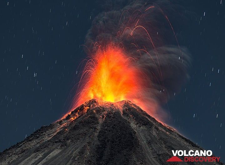 Strong vulcanian-type eruption on the evening of 27 Feb with many incandescent bombs. (Photo: Tom Pfeiffer)