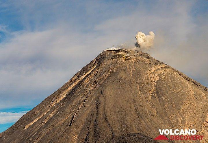 Small strombolian eruption seen from SE. (Photo: Tom Pfeiffer)