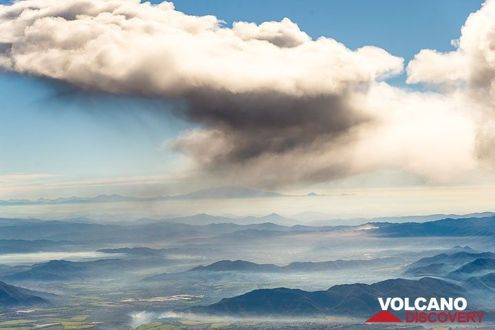 View into the ash plume drifting east. (Photo: Tom Pfeiffer)