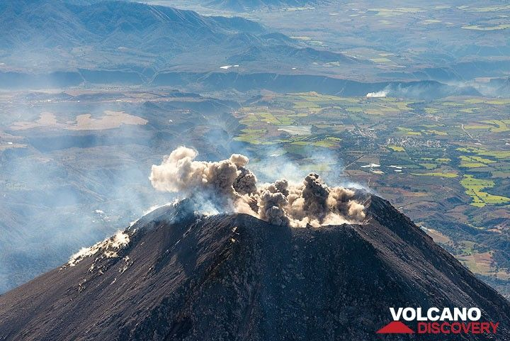Start of a small eruption: ash jets escape like mushrooms from several vents along the crater. (Photo: Tom Pfeiffer)