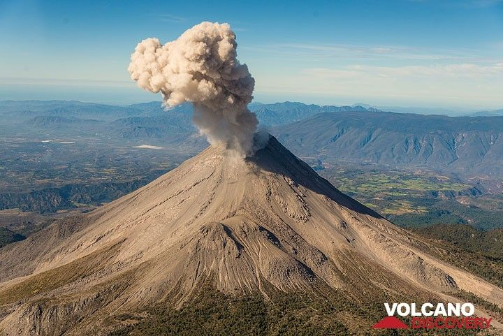 Another small eruption occurs seen from the NE. (Photo: Tom Pfeiffer)
