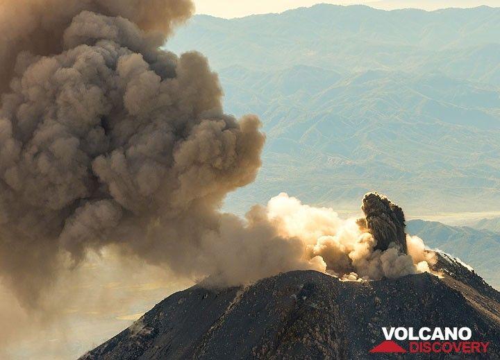 A small ash jet follows the eruption. (Photo: Tom Pfeiffer)