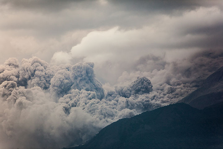Pyroclastic flow reaching the southern base of Colima. (Photo: Tom Pfeiffer)