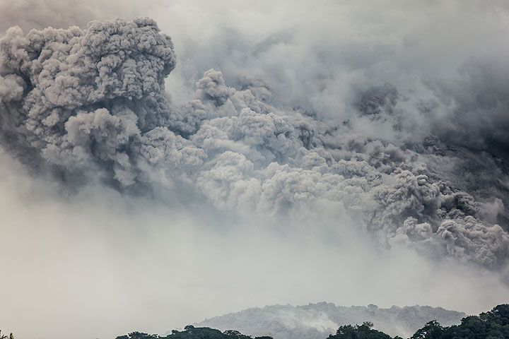 Ash plume from a pyroclastic flow drifting west. (Photo: Tom Pfeiffer)