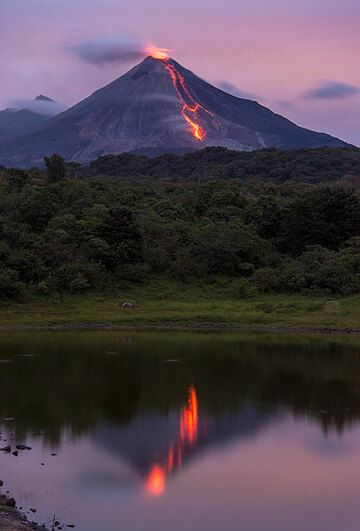 Reflection of the lava flow in a small lake. (Photo: Tom Pfeiffer)