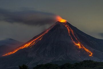 Incandescent rockfalls on the western and southern slope of Colima. (Photo: Tom Pfeiffer)