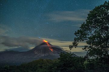 View of the volcano with a starry sky early on 15 July. (Photo: Tom Pfeiffer)