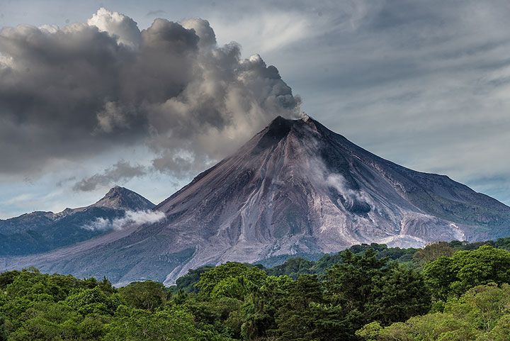 View of Colima on 15 July with the dark lava flow. (Photo: Tom Pfeiffer)