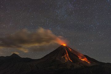View of the volcano on 15 July evening. Since the previous day, the lava flow has advanced about 200 meters. (Photo: Tom Pfeiffer)
