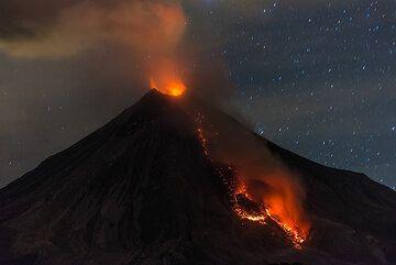 A larger rockfall whirls up a dense ash plume. (Photo: Tom Pfeiffer)