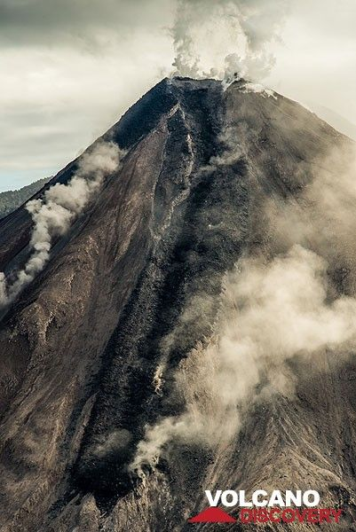 View of the lava flow on the southern flank of Colima. A small rockfall on the SW flank. (Photo: Tom Pfeiffer)