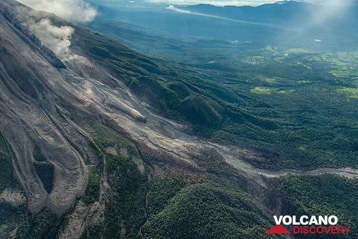 Upper portion of the path of the 11 July pyroclastic flow, seen from SW. (Photo: Tom Pfeiffer)