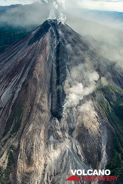 Portrait view of the mountain with its active lava flow on the southern flank. (Photo: Tom Pfeiffer)