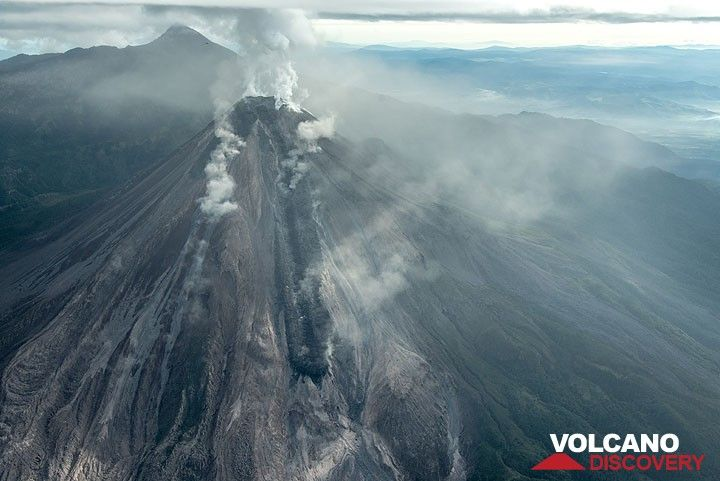 Wide angle view from the south with the peak of Nevado de Colima volcano in the background. (Photo: Tom Pfeiffer)