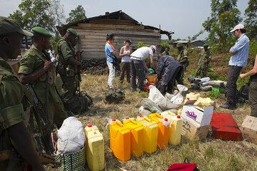 Gear is collected, in particular the water - we need lots of it for 3 days and a total of 16 people (6 of our group, 1 cook with 2 assistants, our Congolese guide, 6 armed rangers) (Photo: Tom Pfeiffer)