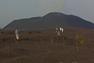 We head to the first observation spot, the eastern cone of Kimanura in front of us. (Photo: Tom Pfeiffer)