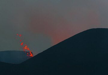 A small lateral jet of lava out of the crater. (Photo: Tom Pfeiffer)
