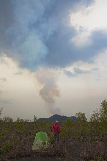 Watching the tall steam column rise above the active eastern vent. (Photo: Tom Pfeiffer)