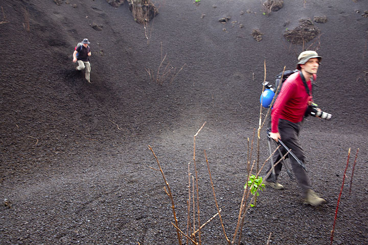 Richard can't wait to get closer to the erupting cone and accelerates his steps. (Photo: Tom Pfeiffer)