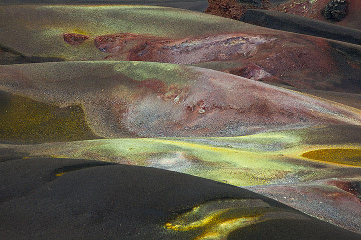 Crater-like ridges with oxidized reddish colors and yellow sulfur deposits that have formed recently. (Photo: Tom Pfeiffer)