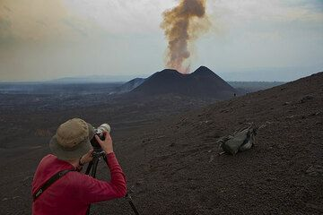 Richard with his 400 mm tele pointed to the erupting east crater. (Photo: Tom Pfeiffer)