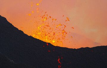 The boiling lava colors the escaping cloud of steam and gas orange even in daylight. (Photo: Tom Pfeiffer)