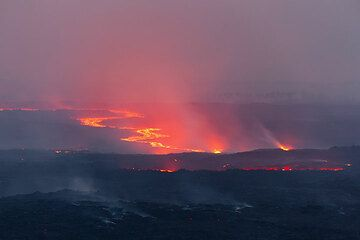 Zoom onto the lava flow about 2 km north of Kimanura; a secondary breakout from the tube is active in the foreground. (Photo: Tom Pfeiffer)