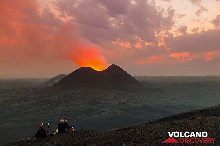 Poco prima dell'alba, il cielo è dipinto di rosa (eruzione del vulcano Nyamuragira 2011-12) (Photo: Tom Pfeiffer)